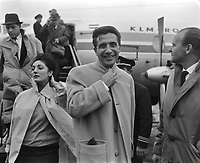 Arrival Gilbert Bécaud at Schiphol, Holland,<br />  November 2, 1961<br /> <br /> Photographer Bilsen, Joop from / Anefo