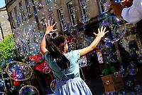 Royal Mile, Soap bubbles<br /> Scotland May 8th - 19th. Trip across Scotland<br /> Foto Samantha Zucchi Insidefoto
