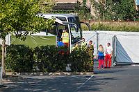 """Nach den pogromartigen Ausschreitungen gegen eine Fluechtlinsunterkunft im saechschen Heidenau am Freitag den 21. August 2015 durch Anwohnerinnen der Ortschaft, kamen am Samstag de 22. August 2015 ca. 250 Menschen in die Ortschaft um ihre Solidaritaet mit den Gefluechteten zu zeigen.<br /> Am Vorabend hatten Rassisten, Nazis und Hooligans sich zum Teil Strassenschlachten mit der Polizei geliefert um zu verhindern, dass Fluechtlinge in einen umgebauten Baumarkt einziehen. Ueber 30 Polizisten wurden dabei verletzt.<br /> Bis in die Abendstunden des 22. August blieb es trotz spuerbarer Anspannung um die Unterkunft ruhig. Im Laufe des Tages wurden immer wieder Gefluechtete mit Reisebussen gebracht was von den wartenenden Heidenauern mit Buh-Rufen begleitet wurde. Vereinzelt wurde auch """"Sieg Heil"""" gerufen, was die Polizei jedoch nicht verfolgte.<br /> Kurz vor 23 Uhr griffen Nazis und Hooligans dann wie am Vorabend die Polizei mit Steinen, Flaschen, Feuerwerkskoerpern und Baustellenmaterial an. Die Polizei mussten mehrfach den Rueckzug antreten, scheuchte den Mob dann von der Fluechtlingsunterkunft weg. Dabei wurden auch wieder Traenengasgranaten verschossen. Mindestens ein Nazi wurde festgenommen.<br /> Im Bild: Gefluechtete kommen im Bus an.<br /> 22.8.2015, Heidenau<br /> Copyright: Christian-Ditsch.de<br /> [Inhaltsveraendernde Manipulation des Fotos nur nach ausdruecklicher Genehmigung des Fotografen. Vereinbarungen ueber Abtretung von Persoenlichkeitsrechten/Model Release der abgebildeten Person/Personen liegen nicht vor. NO MODEL RELEASE! Nur fuer Redaktionelle Zwecke. Don't publish without copyright Christian-Ditsch.de, Veroeffentlichung nur mit Fotografennennung, sowie gegen Honorar, MwSt. und Beleg. Konto: I N G - D i B a, IBAN DE58500105175400192269, BIC INGDDEFFXXX, Kontakt: post@christian-ditsch.de<br /> Bei der Bearbeitung der Dateiinformationen darf die Urheberkennzeichnung in den EXIF- und IPTC-Daten nicht entfernt werden, diese sind in digitalen Medien n"""