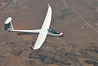 Discus 2 ueber der Wueste: AMERIKA, VEREINIGTE STAATEN VON AMERIKA, NEW MEXICO,  (AMERICA, UNITED STATES OF AMERICA), 10.05.2011: 20. Jahrhundert, 20th century,  art, Aerial, Aerial image, Aerial photo, Aerial Photograph, Aerial Photography, Aerial picture, Aerial View, Aerial Views,  America, Amerika, Art, Aussen, Aussenansicht,  Bird eye, Blick von oben,  Country, Country-side, Countryside, Culture, Cultures, Draussen, Fine Art,  Form, From above,  Gegend,  Landscape, Landscapes, Landschaft, Landschaften,  Luftansicht, Luftaufnahme, Luftaufnahmen, Luftbild, Luftbilder, Luftbildfotografie, Luftbildfotografien, Luftbildphotografie, Luftbildphotografien, Luftfoto, Luftfotos, Luftphoto, Luftphotos, Neu, Neue, Neuer, Neues, New, new Mexico, new mexiko, Outdoor, Outdoor, Life Outdoor, view Outdoors, Outside, Outsides, Outward, Perspective, United States United States of America, USA, Vereinigte Staaten Vereinigte Staaten von Amerika, Vogelperspektive, Vogelperspektiven,  Wueste, Sand, sandig, oestlich des Rio Grande, Wueste,  USA, Vereinigte, Staaten, von Amerika, US, New Mexico, Mexiko, Wueste, trocken, vertrocknet, ausgetrocknet, Duerre, Landschaft, Landschaften, natur, Weite, endlos, Discus2:  Flugzeug, Segelflugzeug, Technik, Fliegerei, fliegen, Flieger, Segelflug, lautlos, schwerelos, Discus 2, schweben, schwebend, schwebt