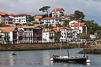 Europe/France/Aquitaine/64/Pyrénées-Atlantiques/Pays-Basque/Ciboure:  Maisons du Quai Maurice Ravel et barque de pêcheur à la sortie du port de Saint-Jean-de-Luz