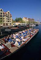 Touristenboot auf dem Christianshavn-Kanal in Kopenhagen, Daenemark
