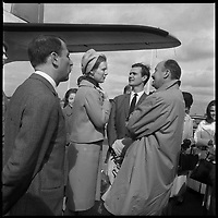 Aéroport de Toulouse-Blagnac. 12-16 Octobre 1966. Vue de la princesse du Danemark à la descente de l'avion sur la piste de l'aéroport.