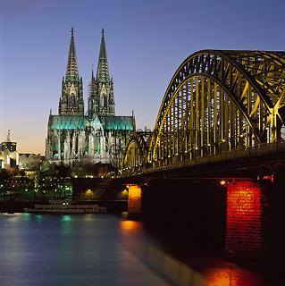 Germany, North Rhine-Westphalia, Cologne at river Rhine: Hohenzollern Brucke & Dom (cathedral) at Night   Deutschland, NRW, Koeln am Rhein: Hohenzollernbruecke und Dom bei Nacht