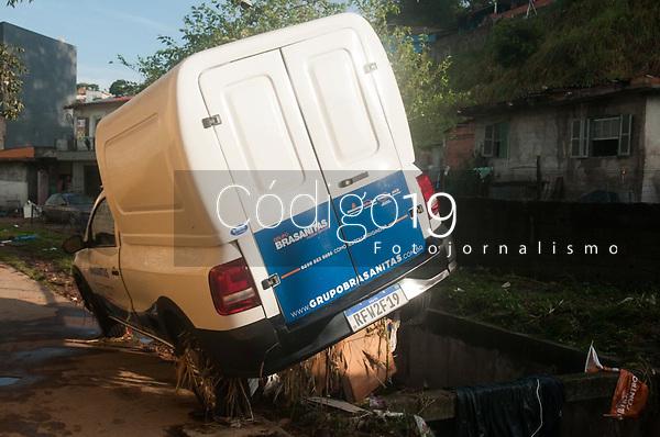 SÃO PAULO, SP, 11.02.2021:  Danos causados pela chuva em Perus SP  - Vista do danos causados pelo temporal que atingiu o bairro de Perus na zona noroeste de cidade de São Paulo SP , no fim da tarde de ontem. No destaque  carro arrastado pela enchente na rua bananalzinho  quinta -feira (11) .