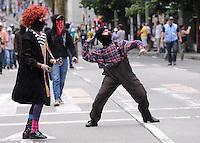 MEDELLIN - COLOMBIA - 01-05-2014: Manifestantes lanzan piedras durante el dia del Trabajo. / Protesters throw stones during Labor day. /Photo: VizzorImage / Luis Rios / Str
