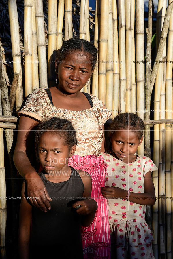 MADAGASCAR, Mananjary, tribe ANTAMBAHOAKA, fady, according to the rules of their ancestors twin children are a taboo and not accepted in the society, this mother is accepting her twin children but she has left her village and is living in the town / MADAGASKAR, Zwillinge sind ein Fady oder Tabu beim Stamm der ANTAMBAHOAKA in der Region Mananjary, Mutter die Zwillinge gegen das Tabu behalten hat und ihr Dorf verlassen hat und heute in Mananjary im Stadtviertel ANALAJAVIDY lebt