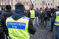 """Am Samstag den 31. Januar 2015 versammelten sich auf dem Staromestske Namesti-Platz (Alststaetter Markt / Old Town Square) in Prag ca. 500 Anhaenger der Pegida-Bewegung. Wie in Deutschland sind die Pegida (Patriotische Europaere gegen die Islamisierung des Abendlandes) Neonazis, Hooligans, Islamsfeinde und sog. """"Besorgte Buerger"""".<br /> Gegen die Pegida-Kundgebung protestierten Vertreter verschiedener Religionen, Antifaschisten, Sinti und Roma mit einem Gottesdienst, Gesaengen und Plakaten und Schildern, auf denen sich zum Teil ueber die Islamophobie der Pegida-Anhaenger lustig gemacht wurde. Beide Veranstaltungen fanden gleichzeitig nebeneinander auf dem Platz statt. Aus der Pegida-Kundgebung kamen immer wieder heftige Beschimpfungen und Neonazis versuchten Gegendemonstranten ein Transparent zu entreissen.<br /> Im Bild: Polzeibeamte des """"Antikonflikt Team beobachten die Rechten.<br /> 31.1.2015, Prag<br /> Copyright: Christian-Ditsch.de<br /> [Inhaltsveraendernde Manipulation des Fotos nur nach ausdruecklicher Genehmigung des Fotografen. Vereinbarungen ueber Abtretung von Persoenlichkeitsrechten/Model Release der abgebildeten Person/Personen liegen nicht vor. NO MODEL RELEASE! Nur fuer Redaktionelle Zwecke. Don't publish without copyright Christian-Ditsch.de, Veroeffentlichung nur mit Fotografennennung, sowie gegen Honorar, MwSt. und Beleg. Konto: I N G - D i B a, IBAN DE58500105175400192269, BIC INGDDEFFXXX, Kontakt: post@christian-ditsch.de<br /> Bei der Bearbeitung der Dateiinformationen darf die Urheberkennzeichnung in den EXIF- und  IPTC-Daten nicht entfernt werden, diese sind in digitalen Medien nach §95c UrhG rechtlich geschuetzt. Der Urhebervermerk wird gemaess §13 UrhG verlangt.]"""