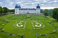 France, Indre (36), Valençay, château de Valençay et jardin au printemps, la Grande Perspective, (vue aérienne)