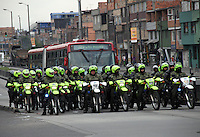 BOGOTA -COLOMBIA. 22-OCTUBRE-2014. Tercer dia de paro de los transportadores de buses , busetas y colectivos en la capital de la republica.La Policia Nacional vigilo y previno cualquier bloqueo de las vias durante la protesta de los transportadores .En El Portal de las Americas se presentaron algunas protestas  de los usuarios que por algunos minutos estuvo cerrado al publico las cuales  fueron controladas por la policia. / Third day of strike by transporters vans and buses at the capital. The National Police watch and prevented any blocking of roads during the protest .In Portal of the Americas protests from some users that were presented for a few minutes was closed to the public which were controlled by the police. Photo: VizzorImage/ Felipe Caicedo / Staff