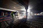 UTRECHT - In het centrum van Vredenburg is BAM Nieuwbouw Hoog Catharijne onder de 15 meter diepe bouwput voor parkeergarage Vredenburg begonnen met het uitgraven en bouwen van een drielaags parkeergarage. Om verontreiniging van het nog te storten beton te voorkomen, spuit een bouwvakker het vuil, waaronder veel ijzerdraadrestjes, met een hoge drukspuit weg. Het door OeverZaaijer architectuur en stedebouw in opdracht van Corio ontworpen complex wordt 35.000 m2 groot en moet ruimte gaan bieden aan 1.300 parkeerplaatsen. De vijflaags parkeergarage moet in 2019 klaar zijn. BAM Nieuwbouw Hoog Catharijne bestaat uit BAM Utiliteitsbouw en BAM Civiel. COPYRIGHT TON BORSBOOM