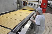- Novara, stabilimento Pavesi (gruppo Barilla), linea di produzione dei crackers,<br /> <br /> - Novara, Pavesi plant (Barilla Group), production line of crackers
