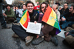 Un couple d'activistes non violents participe a un sit-in d'une trentaine de personnes Boulevard Clémenceau, devant l'un des check-points de la zone de securite au matin du début du sommet de l'OTAN à Strasbourg, le 04 avril 2009. Apres avoir essuye quelques tirs de grenades lacrymogenes, ils seront finalement portes a l'ecart par les forces de l'ordre puis relaches. .Credit;Hughes Leglise-Bataille/Julien Muguet/face to face