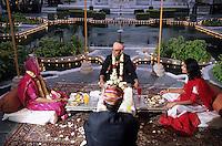 """Asie/Inde/Rajasthan/Udaipur: Hotel """"Taj Lake Palace"""" sur le lac Pichola - Les futurs mariés et les invités s'installent pour le repas"""