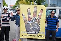 Der aegyptische Praesident Abdel Fattah al-Sisi kam am 3. und 4. Juni 2015 zu einem Staatsbesuch nach Berlin.<br /> Im Vorfeld gab es Proteste gegen diesen Besuch, da in Aegypten u.a. massenweise Todesurteile gegen Regierungsgegner verhaengt und missliebige Journalisten verhaftet werden. Bundestagspraesident Norbert Lammert sagte ein Treffen mit al Sisi ab. Bundespraesident Gauck hingegen empfing den Praesidenten mit militaerischen Ehren und Bundeskanzlerin Merkel lud ihn in das Bundeskanzleramt ein.<br /> Im Bild: Anhaenger der in Aegypten verfolgten radikalen islamistischen Muslimbruderschaft wollen vor dem Kanzleramt gegen den Besuch protestieren, werden jedoch von der Polizei daran gehindert.<br /> 3.6.2015, Berlin<br /> Copyright: Christian-Ditsch.de<br /> [Inhaltsveraendernde Manipulation des Fotos nur nach ausdruecklicher Genehmigung des Fotografen. Vereinbarungen ueber Abtretung von Persoenlichkeitsrechten/Model Release der abgebildeten Person/Personen liegen nicht vor. NO MODEL RELEASE! Nur fuer Redaktionelle Zwecke. Don't publish without copyright Christian-Ditsch.de, Veroeffentlichung nur mit Fotografennennung, sowie gegen Honorar, MwSt. und Beleg. Konto: I N G - D i B a, IBAN DE58500105175400192269, BIC INGDDEFFXXX, Kontakt: post@christian-ditsch.de<br /> Bei der Bearbeitung der Dateiinformationen darf die Urheberkennzeichnung in den EXIF- und  IPTC-Daten nicht entfernt werden, diese sind in digitalen Medien nach §95c UrhG rechtlich geschuetzt. Der Urhebervermerk wird gemaess §13 UrhG verlangt.]