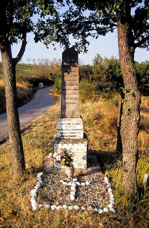 Una lapide in ricordo dei partigiani caduti nella battaglia del 12 marzo 1945 presso Costa Cavalieri frazione di Fortunago (Pavia) --- A tombstone in remembrance of the partisans who died in the battle of march 12, 1945 near Costa Cavalieri, Fortunago (Pavia)