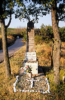 Una lapide in ricordo dei partigiani caduti nella battaglia del 12 marzo 1945 presso Costa Cavalieri frazione di Fortunago (Pavia) --- A tombstone in remembrance of the partisans who died in the battle of march 12, 1945 near Costa Cavalieri, Fortunago (Pavia)