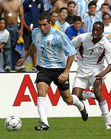 Mariano Gonz‡lez, left, DaMarcus Beasley, right, Argentina vs. USA, Miami, Fla.