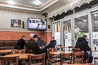 BELGIEN, 21.11.2015, Bruessel.  Das Innenstadtviertel Molenbeek ist bekannt fuer seine vielen muslimischen Zuwanderer, seine Wochenmaerkte und seine Verbindungen zu verschiedenen Terroranschlaegen.   The central district of Molenbeek is well known for its dense muslim immigrant population, Sunday's food market and links to previous terror attacks.<br /> © Arturas Morozovas/EST&OST