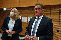 Stefan Sauer (CDU) beobachtet die Stimmauszählung im Georg-Büchner-Saal mit der hessischen Fraktionsvorsitzenden Ines Claus - Gross-Gerau 26.09.2021: Ergebnisse Bundestagswahl im Kreistag