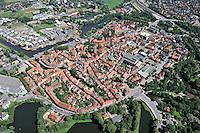 Stade: EUROPA, DEUTSCHLAND, NIEDERSACHSEN, STADE, 26.06.2011: Stade - Stichworte: Deutschland, Niedersachsen, Stade,  Stade ist ein alter Hanse Hafen. Buergerhaeusern aus dem 17. Jahrhundert praegen das Stadtbild. In der Bildmitte der Fischmarkt mit seinem rekonstruierten Holztretkran, umrahmt von Kaimauern und herrlichen Fachwerkhaeusern. Im Bild links ist der Schwedenspeicher. - Aufwind-Luftbilder / VISUM - Stichworte: Europa, Deutschland, Niedersachsen, Stade, Hafen, alt, Hanse, alter, Haus, Haeuser, Buergerhaus, Buergerhaeuser, stadt, Stadtansicht, Tourismus, Stadtbild, Fischmarkt, Holztretkran, Markt, Kai, Kaimauer, Kaimauern, Fachwerkhaus, Fachwerkhaeuser, Schwederspeicher, Sehenswuerdigkeiten, Sehenswuerdigkeit, Luftaufnahme, luftbild, Luftansicht, Schiff, Schiffe, Blick, Ueberblick, Uebersicht, Dach, Daecher, Strasse, Strassen, eng, Enge, aehnlich, Aehnlichkeit, Aehnlichkeiten, Wohnhaus, Wohnhaeuser, rot, Wohnort, Ansicht, Draufsicht, Ort, Ortsansicht, Wasser, Fluss , Stadt, Wohnen, Haus, Haeuser, Wohnung, Verkehr, Stadtpalnung, Denkmal, Denkmalschutz, Stadtansicht, Altstadt, Stadtkern, Luftbild, Draufsicht, Luftaufnahme, Luftansicht, Luftblick, Flugaufnahme, Flugbild, Vogelperspektive, Ueberblick, Uebersicht .c o p y r i g h t : A U F W I N D - L U F T B I L D E R . de.G e r t r u d - B a e u m e r - S t i e g 1 0 2, .2 1 0 3 5 H a m b u r g , G e r m a n y.P h o n e + 4 9 (0) 1 7 1 - 6 8 6 6 0 6 9 .E m a i l H w e i 1 @ a o l . c o m.w w w . a u f w i n d - l u f t b i l d e r . d e.K o n t o : P o s t b a n k H a m b u r g .B l z : 2 0 0 1 0 0 2 0 .K o n t o : 5 8 3 6 5 7 2 0 9.V e r o e f f e n t l i c h u n g  n u r  m i t  H o n o r a r  n a c h M F M, N a m e n s n e n n u n g  u n d  B e l e g e x e m p l a r !.
