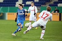 Sebastian Rudy (Hoffenheim) zieht ab gegen Marcel de Jong (Augsburg)