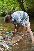 Europe/France/Aquitaine/24/Dordogne/Excideuil: Stage d'orpaillage de Philippe Roubinet dans la vallée de la Loue - Usage de la batée qui permet de séparer les paillettes d'or du sable Auto N°: 2011-109