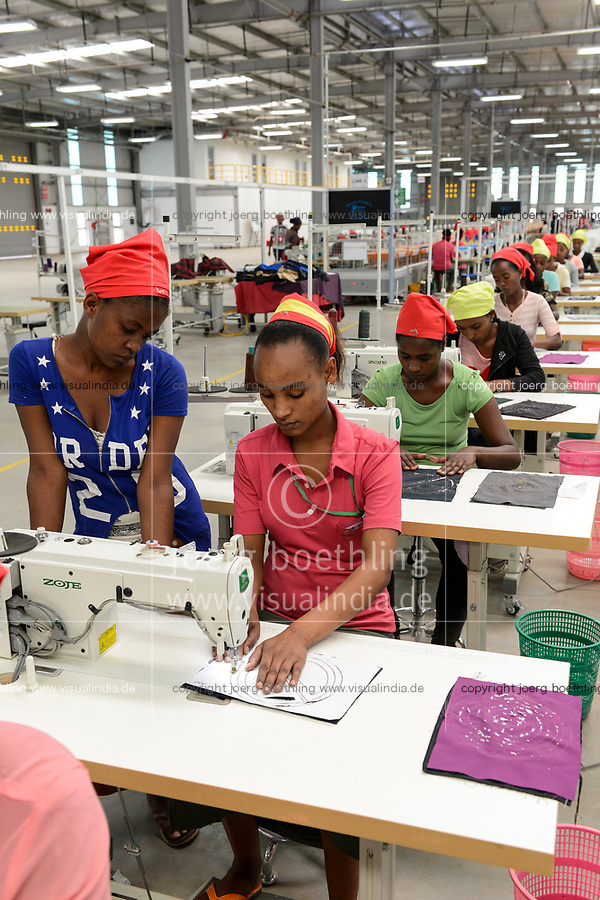 ETHIOPIA , Southern Nations, Hawassa or Awasa, Hawassa Industrial Park, chinese-built for the ethiopian government to attract foreign investors with low rent and tax free to establish a textile industry and create thousands of new jobs, taiwanese company Everest Textile Co. Ltd.produces textiles from synthetic fabric for export, training department for new worker / AETHIOPIEN, Hawassa, Industriepark, gebaut durch chinesische Firmen fuer die ethiopische Regierung um die Hallen fuer Textilbetriebe von Investoren zu vermieten, taiwanesische Firma Everest Textile Co. Ltd. produziert Textilien aus synthetischen Stoffen fuer den Export, Ausbildungsabteilung, Anlernen von neuen Arbeitskraeften