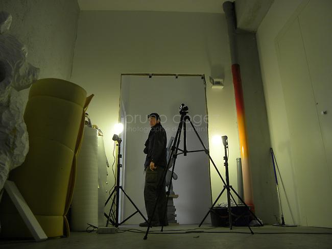 A l'entrée d'un atelier de sculpture..L'utilisation des espaces à l'extérieur des ateliers est récurrante : pour des photos (par exemple ici), pour des expérimentations, ou pour tout autres choses nécessitant un plus grand espace.