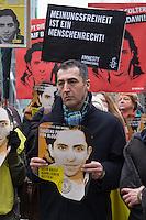 Mitglieder der Menschenrechtsorganisation Amnesty International, Mitglieder der Partei Buendnis 90/Die Gruenen und der Journalistenorganisation Reporter ohne Grenzen fordert am Donnerstag den 22. Januar 2015 vor der Saudiarabischen Botschaft Freiheit fuer den Blogger Raif Badawi. Der Blogger war von einem saudischen Gericht zu 1.000 Stockschlaegen verurteilt worden, weil er angeblich religioese Gefuehle verletzt haben soll.<br /> 50 Stockschlaege hatte Badawi bereits erhalten, worauf nach einer aerztlichen Untersuchung festgestellt wurde, dass er auf Grund seiner Verletzungen bis Freitag 23. Januar keine weiteren Stockschlaege mehr bekommen koenne. Weitere 50 Stockschlaege die für den 23. Januar angesetzt waren, wurden am 22. Januar wieder aus medizinischen Gruenden verschoben.<br /> Gegen die Entscheidung des Gerichts haben weltweit Menschen protestiert, so auch am Donnerstag den 22. Januar 2015.<br /> Im Bild: Cem Oezdemir, Vorsitzender von Buendnis 90/Die Gruenen.<br /> 25.1.2015, Berlin<br /> Copyright: Christian-Ditsch.de<br /> [Inhaltsveraendernde Manipulation des Fotos nur nach ausdruecklicher Genehmigung des Fotografen. Vereinbarungen ueber Abtretung von Persoenlichkeitsrechten/Model Release der abgebildeten Person/Personen liegen nicht vor. NO MODEL RELEASE! Nur fuer Redaktionelle Zwecke. Don't publish without copyright Christian-Ditsch.de, Veroeffentlichung nur mit Fotografennennung, sowie gegen Honorar, MwSt. und Beleg. Konto: I N G - D i B a, IBAN DE58500105175400192269, BIC INGDDEFFXXX, Kontakt: post@christian-ditsch.de<br /> Bei der Bearbeitung der Dateiinformationen darf die Urheberkennzeichnung in den EXIF- und  IPTC-Daten nicht entfernt werden, diese sind in digitalen Medien nach §95c UrhG rechtlich geschuetzt. Der Urhebervermerk wird gemaess §13 UrhG verlangt.]