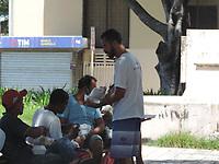 Recife (PE), 04/04/2021 - Distribuição de quentinha neste domingo (04) de Pascoa no centro do Recife. Ação organizada pelos grupos de igrejas , ONGs  que desde do inicio da pandemia mantem essa essa ação para moradores de rua.