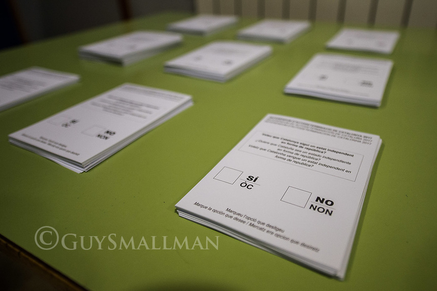 Catalan independence vote in Barcelona. The election goes ahead at a polling staion at the 'Ecole Barcelona' School despite the election being declared illegal by the government. 1-10-17 Preperations begin at the polling station for the election.
