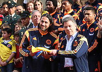 Entrega Pabellón Nacional a futbolistas de Colombia 23-04-2014