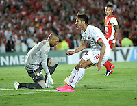 BOGOTA- COLOMBIA – 29-10-2015: Robinson Zapata (Izq.) portero del Independiente Santa Fe de Colombia, disputa el balon con Juan Lucero (Der.) jugador de Independiente de Avellaneda de Argentina, durante partido de vuelta entre Independiente Santa Fe de Colombia y el Independiente de Avellaneda de Argentina, por los cuartos de final de la Copa Suramericana en el estadio Nemesio Camacho El Campin, de la ciudad de Bogota.  / Robinson Zapata (L) goalkeeper of Independiente Santa Fe of Colombia, figths for the ball with Juan Lucero (C) player of Independiente de Avellaneda of Argentina, during a match for the second round between Independiente Santa Fe of Colombia and Independiente de Avellaneda of Argentina for the second round for the quarterfinals of the Copa Sudamericana in the Nemesio Camacho El Campin in Bogota city. Photos: VizzorImage / Luis Ramirez / Staff.