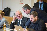 """16. Sitzungstag des 1. Untersuchungsausschusses """"Terroranschlag Breitscheidplatz"""" des Berliner Abgeordnetenhaus am Freitag den 22. Juni 2018.<br /> Als Zeugen fuer die Sitzung des sog. """"Amri-Untersuchungsausschuss waren zwei Mitarbeiter des Bundeskriminalamt geladen, von denen Foto- und Filmaufnahmen untersagt waren.<br /> Im Bild: Frank Zimmermann, Sprecher der SPD im Ausschuss (links), spricht vor der Sitzung mit dem Ausschussvorsitzenden Burkard Dregger (mitte). Rechts: Tom Schreiber, SPD.<br /> 22.6.2018, Berlin<br /> Copyright: Christian-Ditsch.de<br /> [Inhaltsveraendernde Manipulation des Fotos nur nach ausdruecklicher Genehmigung des Fotografen. Vereinbarungen ueber Abtretung von Persoenlichkeitsrechten/Model Release der abgebildeten Person/Personen liegen nicht vor. NO MODEL RELEASE! Nur fuer Redaktionelle Zwecke. Don't publish without copyright Christian-Ditsch.de, Veroeffentlichung nur mit Fotografennennung, sowie gegen Honorar, MwSt. und Beleg. Konto: I N G - D i B a, IBAN DE58500105175400192269, BIC INGDDEFFXXX, Kontakt: post@christian-ditsch.de<br /> Bei der Bearbeitung der Dateiinformationen darf die Urheberkennzeichnung in den EXIF- und  IPTC-Daten nicht entfernt werden, diese sind in digitalen Medien nach §95c UrhG rechtlich geschuetzt. Der Urhebervermerk wird gemaess §13 UrhG verlangt.]"""