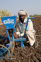 INDIA Madhya Pradesh Khargone , farmer with sowing tool at field / INDIEN Madhya Pradesh Khargone , Bauer mit Geraet fuer Aussaat