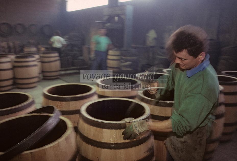 Europe/France/Poitou-Charentes/16/Charente/Cognac : Tonnellerie Seguin Moreau - Cintrage [Non destiné à un usage publicitaire - Not intended for an advertising use]<br /> PHOTO D'ARCHIVES // ARCHIVAL IMAGES<br /> FRANCE 1990