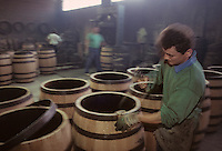Europe/France/Poitou-Charentes/16/Charente/Cognac : Tonnellerie Seguin Moreau - Cintrage [Non destiné à un usage publicitaire - Not intended for an advertising use]<br /> PHOTO D'ARCHIVES // ARCHIVAL IMAGES<br /> FRANCE 1990