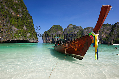 Thailand, Krabi Province, Andaman Coast, Ko Phi Phi Island, Phi Phi Lee Island: Maya Bay with long-tail boat   Thailand, Provinz Krabi, Andamanen Kueste, Ko Phi Phi Insel, Phi Phi Leh Island: Longtail Boot in der Maya Bay