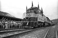 Inauguração da ferrovia de Carajás pela Vale do Rio Doce.<br /> <br /> Os trilhos dos primeiros 15 km da Estrada de Ferro Carajás foram instalados em agosto de 1982. A ferrovia teve seus estudos de viabilidade, juntamente com os projetos de engenharia, iniciados quase uma década antes, em 1974. Mas a inauguração oficial só ocorreria 11 anos depois, no dia 28 de fevereiro de 1985.<br /> <br /> Em março de 1986, chegaram os primeiros passageiros. No ano seguinte, foi a vez da soja. Os trens da ferrovia passaram a fazer o transporte de grãos e, no mesmo ano, os produtos derivados de petróleo entraram para a lista de materiais transportados pelas composições.<br /> A história de uma produtiva ferrovia<br /> Hoje, os trens carregam granéis sólidos (soja e outros grãos), líquidos (combustíveis e fertilizantes, entre outros), além do minério de ferro.<br /> <br /> A EFC está ainda interligada com outras duas ferrovias: a Companhia Ferroviária do Nordeste (CFN) e a Ferrovia Norte-Sul. A primeira atravessa, principalmente, sete estados da região Nordeste e a segunda corta os estados de Goiás, Tocantins e Maranhão, facilitando a exportação de grãos produzidos no norte do estado do Tocantins pelo Porto de Ponta da Madeira, no Maranhão.<br /> <br /> Marabá, Pará, Brasil<br /> Foto Paulo Santos<br /> 1985
