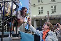Annemiek van Vleuten (NED/Orica-Scott) showing off her medal to her mom<br /> <br /> Women Elite Individual Time Trial<br /> <br /> UCI 2017 Road World Championships - Bergen/Norway