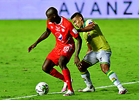 CALI-COLOMBIA, 20-09-2020: Adrian Ramos de America de Cali y German Gutierrez de Atletico Bucaramanga, disputan el balon durante partido entre America de Cali y Atletico Bucaramanga, de la fecha 9 por la Liga BetPlay DIMAYOR I 2020 jugado en el estadio Pascual Guerrero de la ciudad de Cali. / Adrian Ramos of America de Cali and German Gutierrez of Atletico Bucaramanga, vie for the ball during a match between America de Cali and Atletico Bucaramanga, of the 9th date for the BetPlay DIMAYOR I 2020 played at the Pascual Guerrero stadium in Cali city. / Photo: VizzorImage / Nelson Rios / Cont.