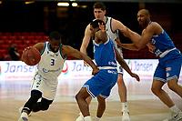 18-05-2021: Basketbal: Donar Groningen v Heroes Den Bosch: Groningen, Donar speler Jarred Ogungbemi-Jackson met Den Bosch speler Jacobi Payne