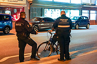 Ordnungspolizeibeamte Thorsten Richter (r) und Mustafa Kaya haben einen Fahrradfahrer angehalten am Bahnhof Walldorf - 03.04.2021 Mörfelden-Walldorf: Kontrolle Ausgangssperre durch das Ordnungsamt