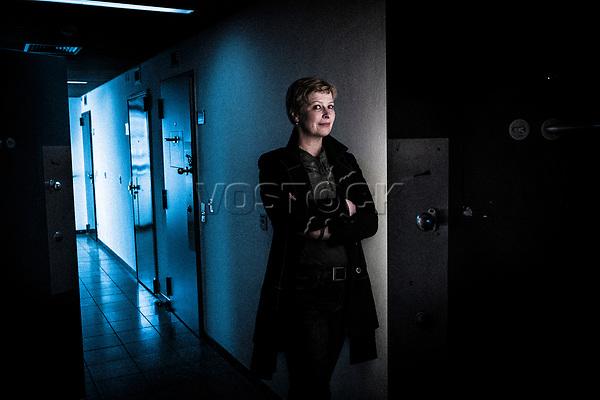 Heike van Hoorn, Hauptgeschaeftsfuehrerin Deutsches Verkehrsforum, [in der Freizeit] Krimiautorin, hier in der Polizeiwache Leer<br /> <br /> Engl.: Heike van Hoorn, logistics lobbyist, DVF (Deutsches Verkehrsforum) CEO, author, and writer of crime fiction, portrait at the police station Leer, North Germany, Europe, 6 April 2018