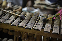 CALI - COLOMBIA. 16-08-2019: Un fabricante de marimbas hace una demostración con el instrumento durante el tercer día del XXIII Festival de Música del Pacífico Petronio Alvarez 2019 el festival cultural afro más importante de Latinoamérica y se lleva acabo entre el 14 y el 19 de agosto de 2019 en la ciudad de Cali. / Marimbas maker demonstrates instruments during the XXIII Pacific Music Festival Petronio Alvarez 2019 that is the most important afro descendant cultural festival of Latin America and takes place between August 14 and 19, 2019, in Cali city. Photo: VizzorImage/ Gabriel Aponte / Staff