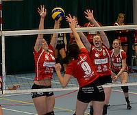Bevo Roeselare - VT Brugge : Leen Denolf (links) en Sofie Van Acker (r) blokken de poging van Evi Ulens (9) voor Brugge af<br /> foto VDB / BART VANDENBROUCKE