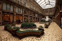 Italien, Piemont, Einkaufspassage auf der Piazza Castello in Turin (Torino)