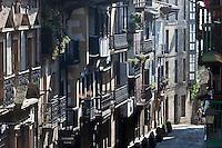 Europe/Espagne/Pays Basque/Guipuscoa/Fontarrabie: maisons à balcon de la rue Nagusia