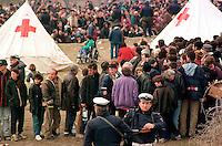 BLACE / CONFINE KOSOVO - MACEDONIA MARZO 1999.DOPO L'INIZIO DEI BOMBARDAMENTI DELLA NATO LA REPRESSIONE DELLE FORZE SERBE SULLA POPOLAZIONE KOSOVARA SI FA ANCORA PIU' FORTE. LE OPERAZIONI DI PULIZIA ETNICA SI EFFETTUANO ANCHE SU LARGA SCALA CON L'USO DI TRENI CHE PORTANO MIGLIAIA DI KOSOVARI AL CONFINE MACEDONE. E' UNA CATASTROFE UMANITARIA CHE TROVA IMPREPARATE LE AGENZIE UMANITARIE. GLI SFOLLATI VERRANNO AMMASSATI PER GIORNI NELLA TERRA DI NESSUNO TRA FANGO E CAMPI MINATI..FOTO LIVIO SENIGALLIESI..BLACE / KOSOVO - MAKEDONIA BORDER MARCH 1999.AFTER THE BEGINNING OF NATO AIR STRIKES THE REPRESSION OF JUGOSLAV ARMY AGAINST ETHIC ALBANIANS GROWS UP. THOUSANDS OF IDP'S ARE DEPORTED TO THE BORDER BY TRAINS. THEY ARE BANDONED FOR DAYS IN THE NO MEN'S LAND WITHOUT HUMANITARIAN AIDS..PHOTO LIVIO SENIGALLIESI